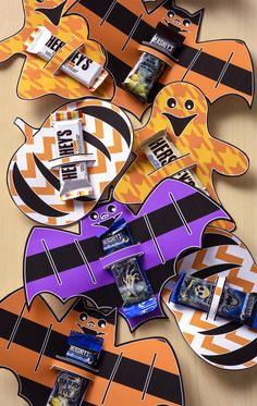 These Halloween printable candy holders are perfect for using as party favors, or for passing out to trick or treaters . . . and they're free! #HersheysHalloween
