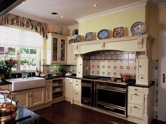 Kuchyňský nábytek ve stylu Victorian je vyroben z dubového dřeva v barevné úpravě Vanilla antic. Impozantní krbová vestavba byla navržena a vyrobena na zakázku, tradiční keramický dřez je Villeroy & Boch; HŠ Rustikal