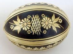 Example of a kraslica decorated with straw. Straw Crafts, Egg Crafts, Egg Rock, Contemporary Decorative Art, Egg Shell Art, Carved Eggs, Easter Egg Designs, Ukrainian Easter Eggs, Faberge Eggs