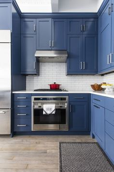 48 Relaxing Blue Kitchen Design Ideas For Fresh Kitchen Inspiration The color blue has a unique inheritance when being used in the kitchen. This is because you do not find […] Home Decor Kitchen, Kitchen Interior, New Kitchen, Home Kitchens, 10x10 Kitchen, Decorating Kitchen, Kitchen White, Cheap Kitchen, Bathroom Interior