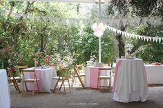 Nice Party Comunión rústica en color rosa. Guirnaldas y pompones de papel de seda