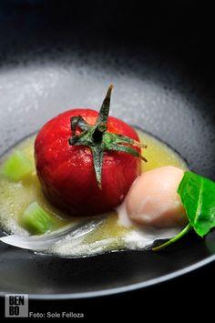 Tomatitos aliñados con una sopa de aceite de oliva y pequeñas hojas. El nombre describe todo lo que hay en el plato.