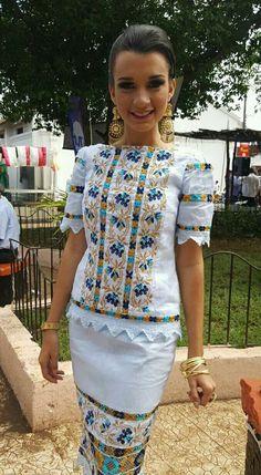 #natalydiazsaavedra Reina del LXVI #festivalnacionaldelamejorana 2016 hermoso vestido estilizado en tela de hilo color blanco marcado con trencillas de mundillo pepiado! Una joya realmente hermoso! Mexican Blouse, Mexican Outfit, Mexican Dresses, Mexican Fashion, Ethnic Fashion, Womens Fashion, Dance Dresses, Blue Dresses, Charro Dresses
