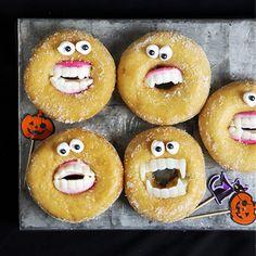 Monstermunkar med bett! Här hittar du ett superenkelt pyssel som dessutom är ärtbart, munkar med vampyrtänder! Perfekt till Halloween eller läskiga kalas. Homade Donuts, Powdered Donuts, Diy Donuts, Halloween Donuts, Halloween 1, Halloween Treats, Making Donuts, Healthy Donuts, Sprinkle Donut