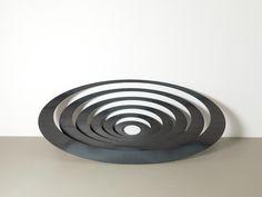 Reinoud Oudshoorn — Galerie Ramakers, Den Haag Heel knap hoe de sculpturen van deze kunstenaar een interactie aangaan tussen jou as beschouwer en de ruimte