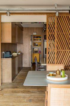 Inspire-se nesse apê com predomínio de madeira e texturas