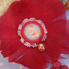 Spilla e fermaglio per capelli realizzato a mano in stile natalizio kawaii. Natale, christmas, renna, cammeo, campanellino