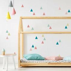 Schöne Kinderzimmer Wandgestaltung! Ganz Einfach Geht Das Mit Unseren  Wandtattoos. Hier Sind Unsere Bunten Dreiecke An Die Wand Gebracht.