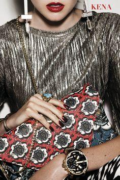 Aliados by Kena Blusa Mango, $899. Aretes H&M $169. Pulseras Aldo $245. Anillo Bomba y Lola, $675. Clutch Aldo, $1,195. Reloj Diesel, $9,300. Fotografía de Kapturing / Por Alejandro Velázquez. #Moda #Kena #Aliados