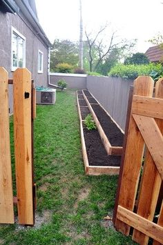 love these narrow raised beds in the side yard…great use of space.  My son and daughter-in-law have done something similar to this in their yard and have a nice little contained garden.