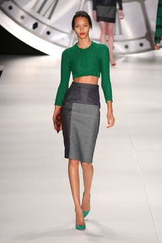 tipo Carrie Bradshaw. The green shoes are making this look Sooo right. Love it.