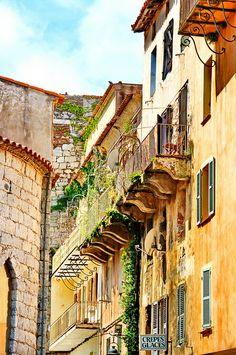Corse du sud, Porto-Vecchio les balcons à côté de l'église Cours Bonaparte