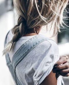 Oui au trio tee-shirt roulotté sur l'épaule/salopette en jean/bagues dorées ! (instagram Jacqueline Mikuta) #NaaiAntwerp