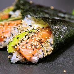 Des cornets temaki rempli de saumon avocat concombre et de fromage, enroulé dans du riz et l'algue japonaise pour former des cornets temaki