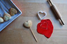 Galletas, San Valentín, fondant y contradicciones. Heart shaped Valentine biscuits.