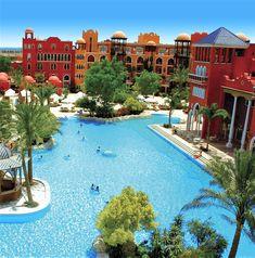 Das 5* Grand Resort Hurghada verfügt über 828 Zimmer. Das Hotel ist eine sehr große Alnage und verfügt über Restaurants, Bars, Shops, Rezeption und Lobby sowie vieles mehr.