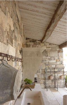 Plafonds du sud de la France: la Société Les Plafonds de l'Isle dans le Vaucluse fabrique des plaques prêtes à poser en bois et plâtre reproduisant à l'identique les anciens plafonds provençaux. provencal ceilings.