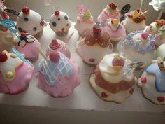cupcake portarecado em biscuit,com variacaode cores e coberturas
