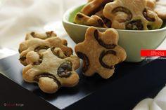 I biscotti alle olive sono un'idea semplice per realizzare degli stuzzichini per un aperitivo in compagnia o un buffet di sfizi salati. Uno tira l'altro!