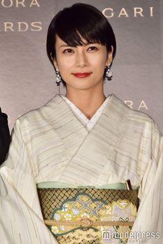 Japanese Costume, Japanese Kimono, Japanese Outfits, Kimono Dress, Sexy Older Women, Japanese Beauty, Yukata, Kimono Fashion, Girls Wear