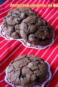Фото к рецепту: Проамериканское шоколадное печенье с изюмом и кардамоном