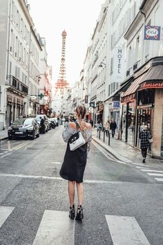 Paris strolls during sunset: http://www.ohhcouture.com/2016/10/paris-update-pfw/ | #paris #ohhcouture #leoniehanne