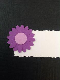 BORDKORT MED LILLA BLOMST Hvidt bordkort med blomst i to lilla farver. Bordkort til konfirmation, barnedåb og bryllup. www.jannielehmann.dk