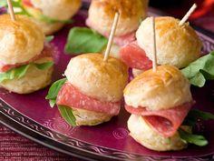 Salamilla täytetyt sandwichit sopivat piknikin suolaisiin purtaviin. http://www.yhteishyva.fi/ruoka-ja-reseptit/reseptit/salamisandwichit/01612