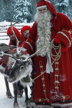 Joulupukki poronsa kanssa.