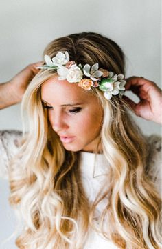 pretty flower crowns Crafted with lush silk flowers and lamb's-ear leaves, this boho-inspired flower crown will look stunning all day long and can be worn again, put on display or passed down to the next generation. Flower Crown Wedding, Wedding Hair Flowers, Flowers In Hair, Silk Flowers, Flower Crowns, Crown Flower, Hawaiian Flower Crown, Wedding Crowns, Bridal Crown