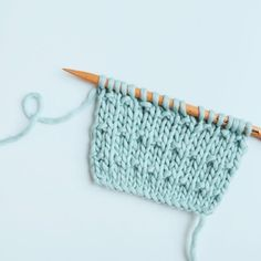 Le point andalou simple  Monter un nombre de mailles impair. Rang 1 : Tricoter toutes les mailles à l'endroit. Rang 2 : Tricoter toutes les mailles à l'envers. Rang 3 : Tricoter toutes les mailles à l'endroit. Rang 4 : Tricoter *1 maille endroit suivie d'une maille envers*. Répéter de  * à *