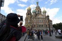 ロシアのサンクトペテルブルクで記念写真を撮る中国人旅行者