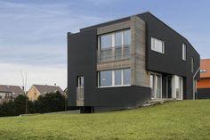 Nabavia vás typové domy? Inšpirujte sa originálnym architektonickým riešením rodinného domu neďaleko Prahy. #rodinnydom #stavba #svojpomocne #stavebnymaterial #ytong #zdravebyvanie #vysnivanydom #modernydom #staviamedom #ytong #byvanie #rodinnebyvanie #modernydomov #architektura #zateplenie #zdravydomov #fasada #konstrukcia Home Fashion, Arches, Mansions, House Styles, Home Decor, Decoration Home, Manor Houses, Room Decor, Villas