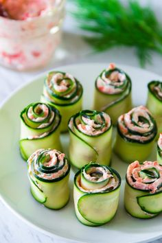 The best smoked salmon cucumber appetizers. Thinly sliced cucumber rolled up with smoked salmon cream cheese spread inside. Snacks Für Party, Appetizers For Party, Appetizer Recipes, Fingerfood Party, Cold Appetizers, Halloween Appetizers, Appetizers On Skewers, Beach Appetizers, Bridal Shower Appetizers