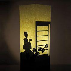 Ilumina tus espacios con una lámpara fabricada en papel inspirada en la tradición japonesa del té. Se trata de una lámpara muy especial que cambia de aspecto si está apagada o encendida. Apagada es elegante y solo nos deja ver una discreta rama de cerezo pero cuando la enciendes te sorprende con una bonita silueta de mujer. Creada por la marca italiana W-Lamp es un objeto de decoración original que ayuda a crear espacios únicos.