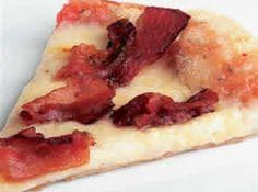 Receita de Pizza de bacon da silvaninha - Massa, • 1 tablete de fermento biológico, (15 g), • 3 xícaras (chá) de farinha de trigo peneirada, • 1 colher (chá) de açúcar, • 1 xícara (chá) de leite, • 100 g de margarina, • 1/2 colher (chá) de sal, Recheio:, 400 g de mussarela ralada, 300 g de bacon em fatias finas e frito, 200 g de molho de tomate