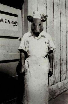 """1.É só ver um porco para lembrar de """"Jogos Mortais"""" e """"American Horror Story"""""""
