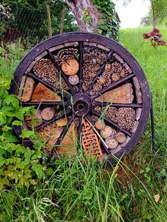 Make a bee hotel from an old wagon wheel. Make a bee hotel from an old wagon wheel. Bug Hotel, Rustic Gardens, Outdoor Gardens, Indoor Garden, Diy Garden Decor, Garden Art, Old Wagons, Garden Bugs, Garden Insects