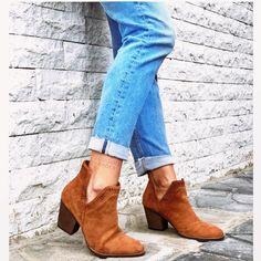Μποτάκι Sarah ανοίγματα ταμπά από συνθετικό καστόρι. Το τακούνι του είναι ιδιαίτερα σταθερό και έχει ύψος 8 εκ. . Έχει ανοίγματα στο πλάι αλλά και μικρότερα διακοσμητικά ανοίγματα κάτι που το κάνει ιδιαίτερα ξεχωριστό. Φόρεσε το από το πρωί με ripped jeans και oversized πουλόβερ αλλά και το βράδυ για πιο εντυπωσιακές εμφανίσεις με φορέματα και φούστες. Booty, Ankle, Shoes, Fashion, Moda, Swag, Zapatos, Shoes Outlet, La Mode