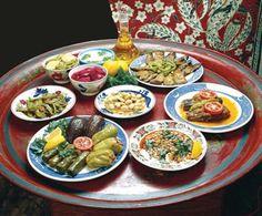 YÖRESEL YEMEKLER  Aydın mutfağı, zeytinyağlı yemekleri, incir, üzüm ve bunlardan yapılan şaraplar, narenciye ürünleri, turunç reçeli ve çipura, kefal, mercan ve barbunya gibi zengin balık çeşitleri ile Türkiye'nin çeşidi bol ve lezzetli mutfakları arasındadır. Yörenin kendine özgü yemeklerinden bazıları; çorbalardan tarhana çorbası, kulak çorbası; yemeklerden acılı güveç, patlıcan biber kızartma, zeytinyağlı kırlı kızartma, zeytinyağlı taze ve kuru börülce, patlıcan kavurma, sarmaşık ve…