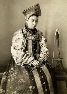 Traditional costume of Kaluga Province, Russia, Natalia de Shabelsky collection Historical Women, Historical Photos, Court Dresses, Russian Folk, Ethnic Dress, Russian Fashion, Folk Costume, Historical Costume, Costumes For Women