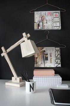 木製のデスクスタンドランプTAF_Wood_Lamp_Muutoをワークスペースのテーブルに置く