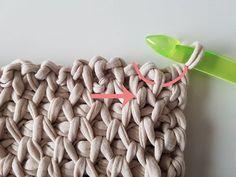 Dit kussen is gemaakt met een tunische haaknaald en Nooodle van Scheepjeswol. De aanbevolen naalddikte is 12 mm, ik gebruikte 15 mm.Het duurde even voor ik deze steek goed onder de knie had, daarom beleefde ik in het begin niet veel plezier aan het haken van dit kussen.Toen ik het eenmaal doorhad, ging het vlug vooruit.Ik bekeek eerst dit filmpje. Tunisian Crochet, Crochet Stitches, Crochet Patterns, Diy Crafts Crochet, Diy Clutch, Hardanger Embroidery, Half Double Crochet, Vintage Crochet, Merino Wool Blanket