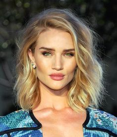 Rosie SLAYING with her golden blonde lob. Balayage / ecaille hair, green eyes, luminous skin, defined, straight dark brows.