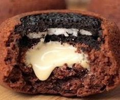 Twisted Food's Upside Down Muffin Can Make Your Month Alot Better. Oreo, Fun Desserts, Dessert Recipes, White Chocolate Cupcakes, Muffins, Food Vids, Food Porn, Twisted Recipes, Tasty