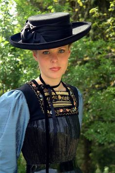 What a gorgeous looking hat! Drindl Dress, German Costume, Art Populaire, Clothes Basket, Textiles, Folk Costume, People Around The World, Couture, World Cultures