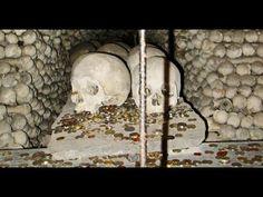 Достопримечательность из человеческих костей и черепов