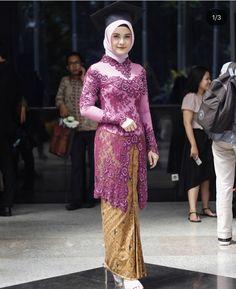 Model Kebaya Modern Wisuda Muslim Hijab Model Kebaya Modern Muslim, Model Kebaya Brokat Modern, Kebaya Modern Hijab, Dress Brokat Modern, Model Rok Kebaya, Modern Hijab Fashion, Kebaya Kutu Baru Hijab, Batik Kebaya, Kebaya Dress