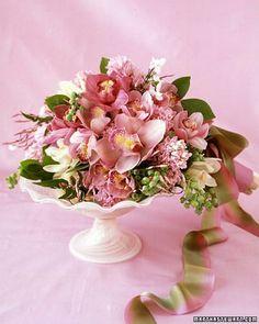 Bouquet de jacintos, orquídeas, jazmín y follaje de arándanos vía Martha Stewart Weddings