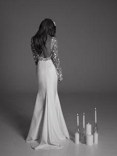 Blair de RIme Aroday Mystical Love.  Robe taille haute en tulle fleuri brodé à la main, doublée de tulle chair et jupe en crêpe fendue. Manches longues ajustées et dos col V.